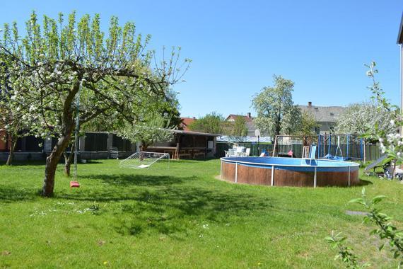 Hotelová zahrada s bazénem
