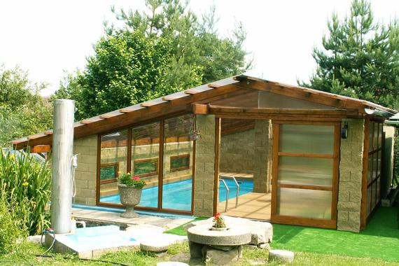 vyhřívaný bazén s posezením v hale