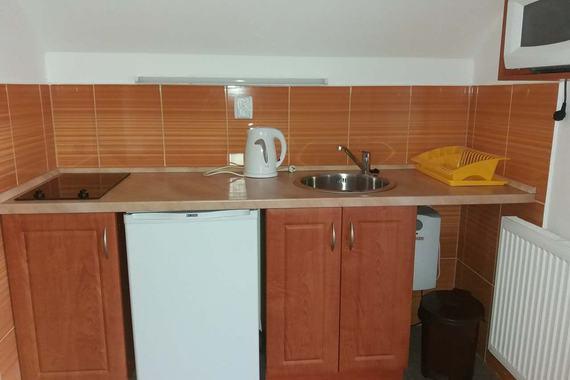 kuchyňka ve žlutém apartmánu