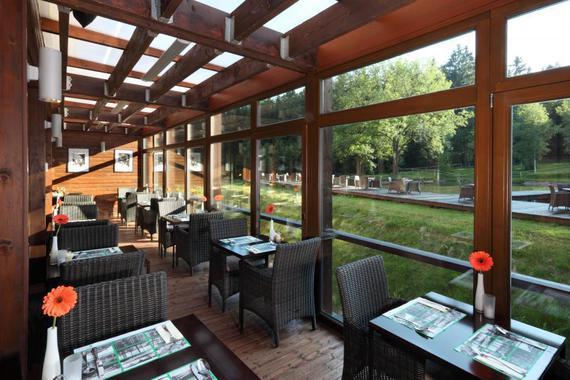 Restaurace Voda je propojena s kavárnou Orangerie a se zasklenými terasami s výhledem na jezírko.