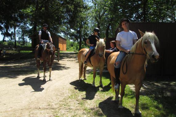 Vyjížďka na koních v doprovodu trenéra.