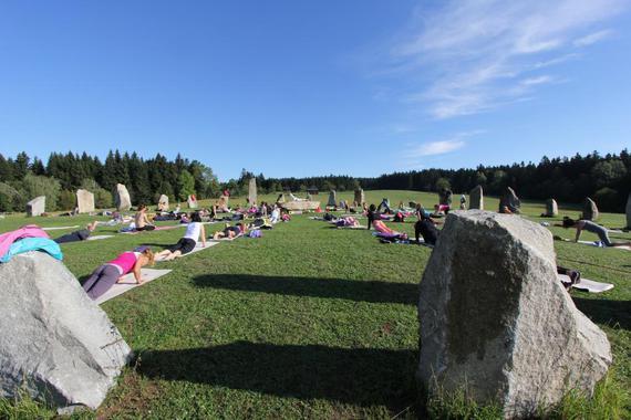 Lekce jógy probíhají za teplého počasí v magickém Kamenném kruhu druidů.