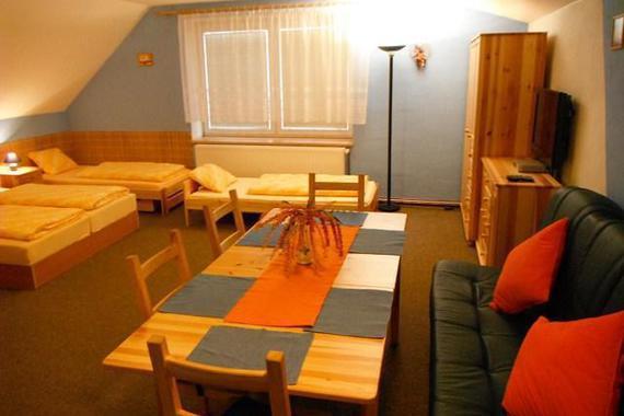 Jídelna a pohled  z kuchyňe apartmán 1