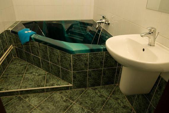 Koupelna apartmánu s rohovou vanou