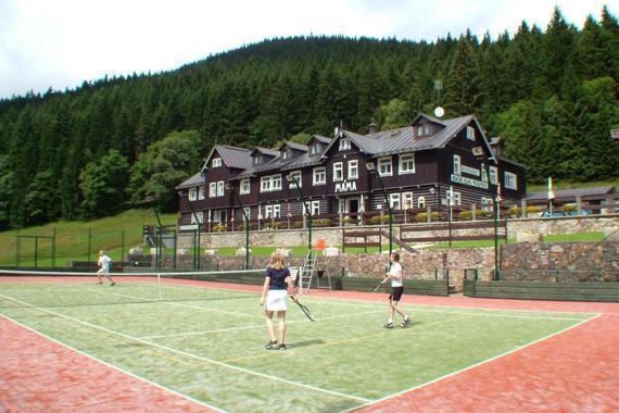 Letní Bouda s tenisovým kurtem