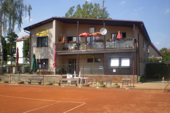 budova tenisového klubu se zázemím a penzionem