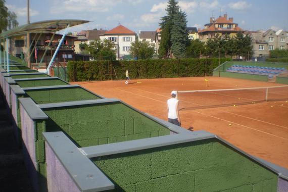 centrální tenisový dvorec s tribunou
