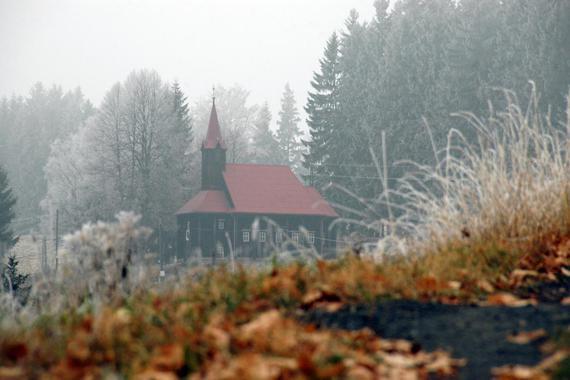 kousek od chaty je starý dřevěný kostel Panny Marie - kulturní památka