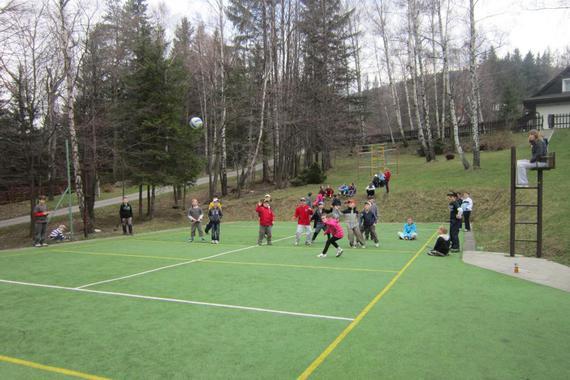 volejbalové hřiště s umělým povrchem