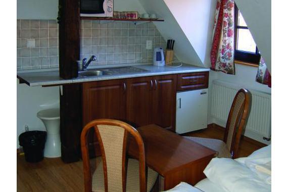V každém pokoji je malá kuchyňka s ledničkou, mikrovlnkou a varnou konvicí.