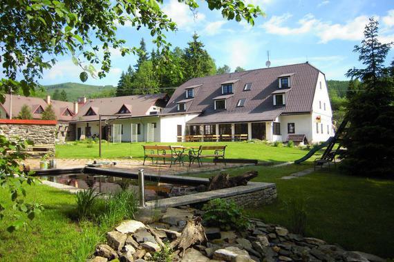 U domu je velká zahrady s jezírkem, houpačkami a pískovištěm, terasou pro posezení a pro grilování.