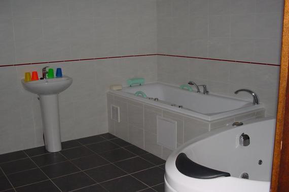 Vanová část domácího wellness, ve kterém nabízíme relaxační koupele v bylinkách.