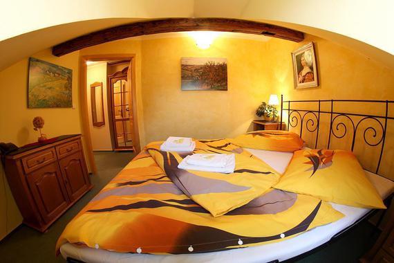 ložnice malý apartmán rustikální budova