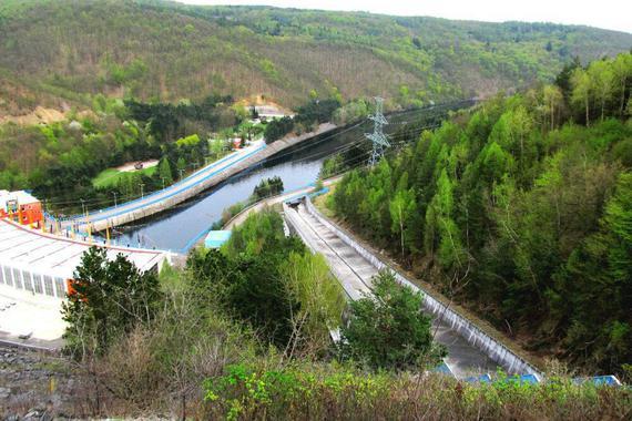 Pohled z hráze Dalešické přehrady, která souvisí s Mohelenskou přehradou.