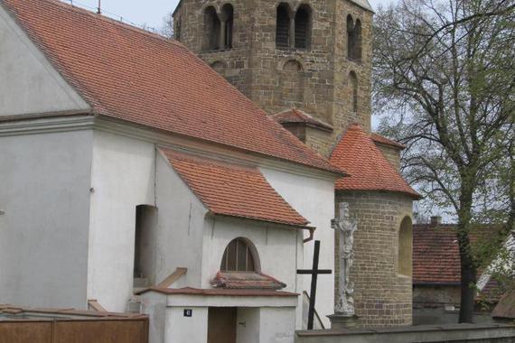 Nedaleko od Mohelna je krásný kostel, který stojí již od roku asi 1160 v Řeznovicích