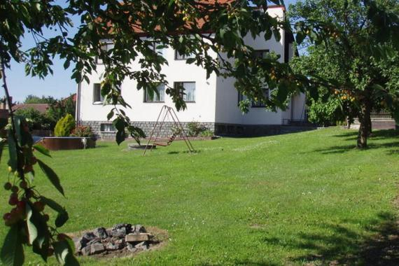 Vila Filip v zahradě, s bazénem.