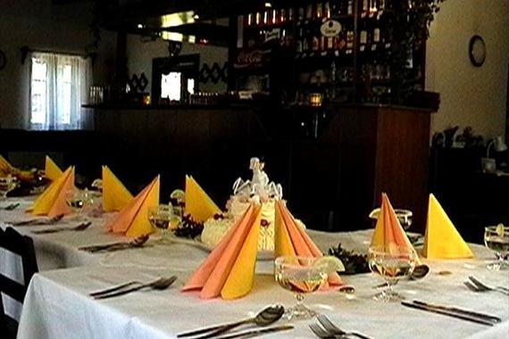 detail stolu - slavnostní tabule v restauraci