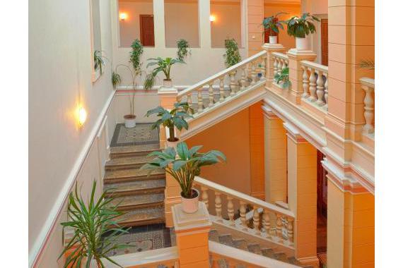 Impozantním znakem našeho hotelu je původní schodiště.