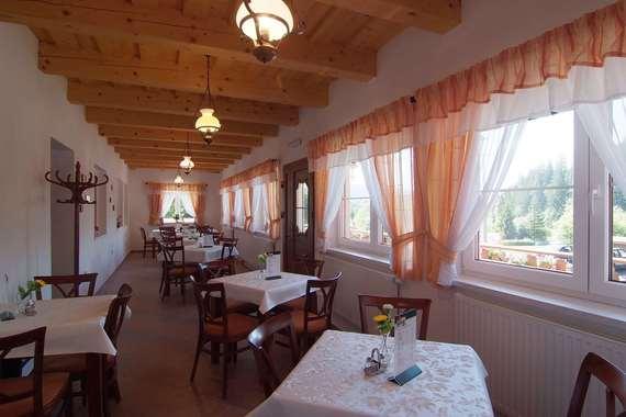 místnost pro podávání snídaní a polopenze