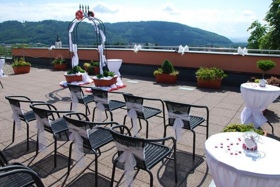 hotelová terasa připravená ke svatebnímu obřadu