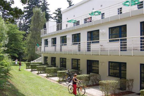 Hotelové terasy pokojů k lesu