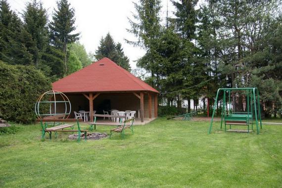 Venkovní altán a dětské hřiště