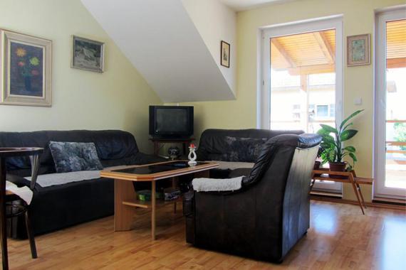 Obývací pokoj, pohled vchod na krytý balkon