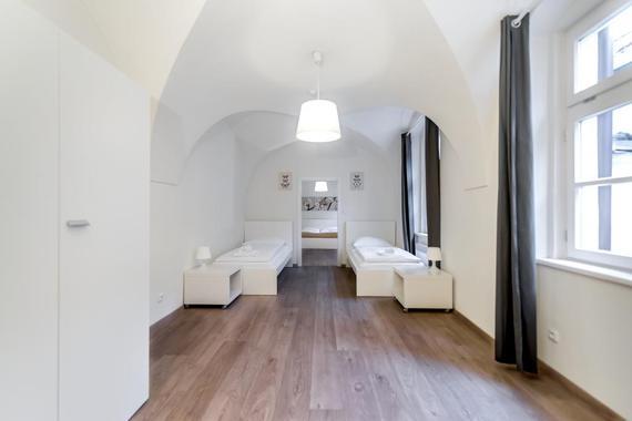Čtyřlůžkový rodinný apartmán, přední ložnice s oddělenými lůžky, zadní ložnice s manželskou postelí