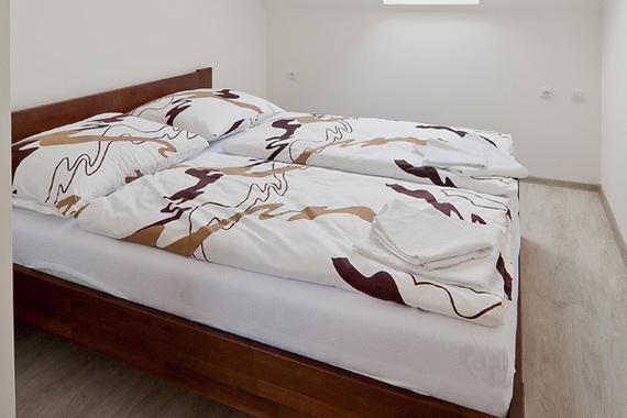 Manželká postel (stejné v apartmánu 4 a 5)