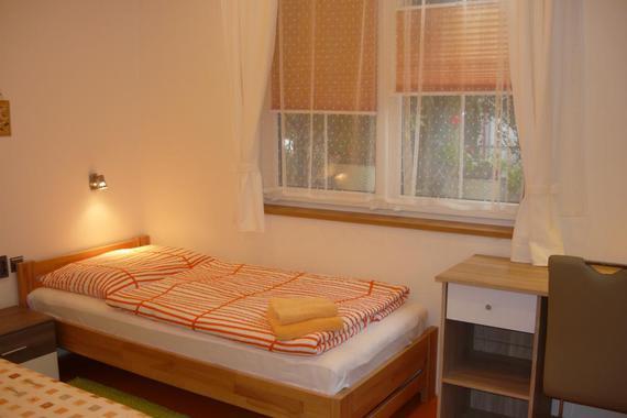 A1 přízemí, ložnice s psacím stolem