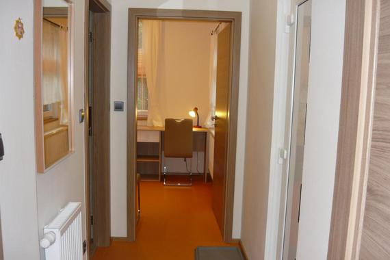 A1 - přízemí, pohled z obývacího pokoje do ložnice