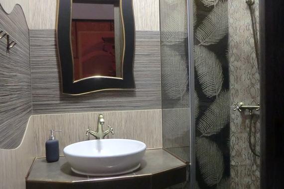 Africký pokoj koupelna