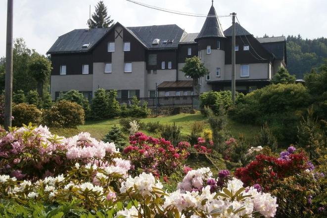 Rhododendrony přímo u hotelu Lesana