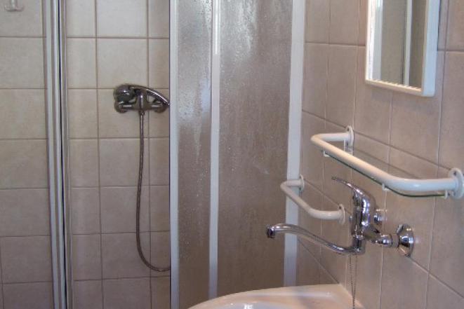 Pokoj *** - sociální zařízení (sprcha, WC)