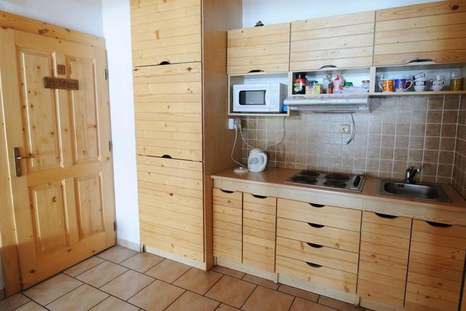 společná kuchyňka na chodbě v patře