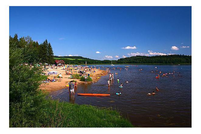 Písčité nebo oblázkové pláže s přírodním stínem. Nedaleko jsou retstaurace se zahrádkami.