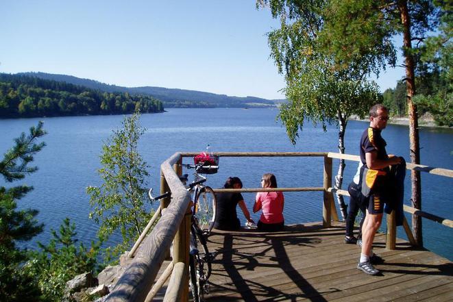 Osvětlená cyklo nebo in-line stazka kolem břehů Lipenského jezera s nádherným výhledem.