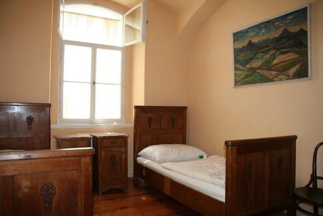 č.1...apartmán se samostatným vchodem přím o ze dvora, dvě ložnice, obývák, koupelna, kuchyně.