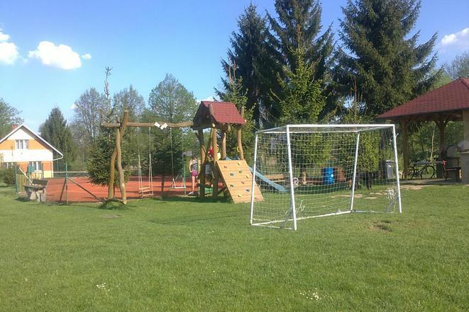 Dětstké hřiště se nachází 100m od chaty